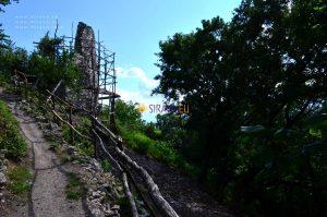 Hrad nad obcou Vinné