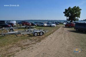 Pláž a táborisko pri symbolickom cintoríne v Kaluži